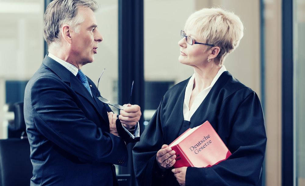 en advokat og en jurist, der debatterer med hinanden