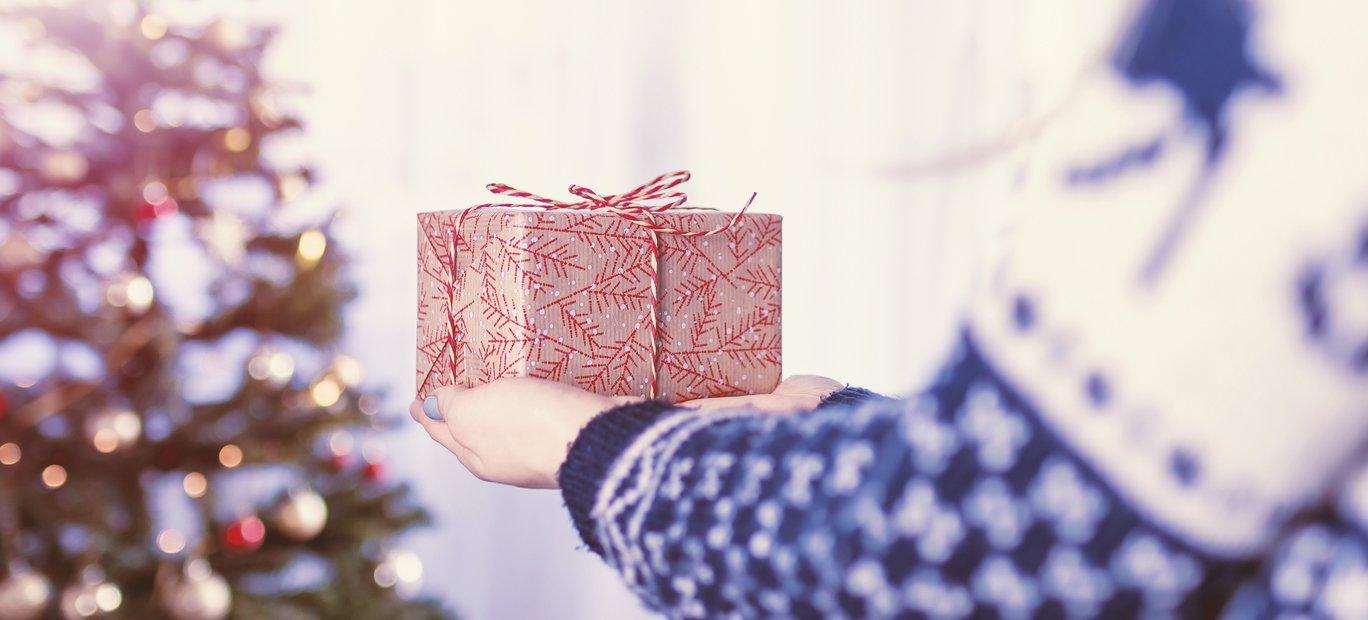 Persoon met kerstgeschenk