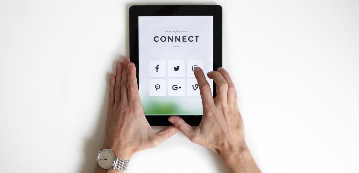 Tablet met social media-pictogrammen