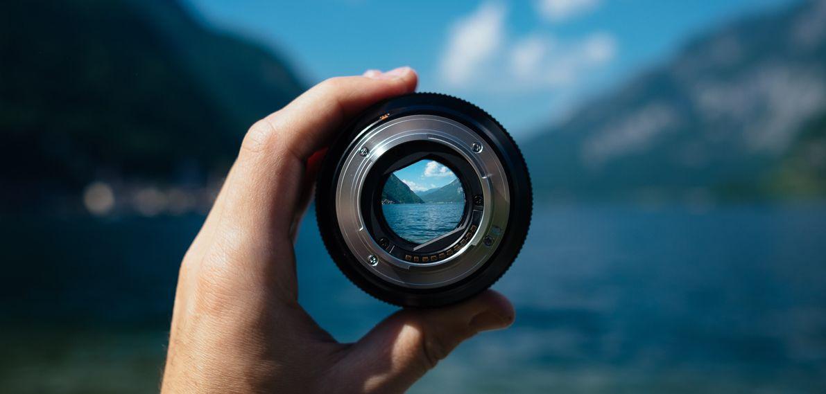 Cameralens die uitkijkt op een berglandschap