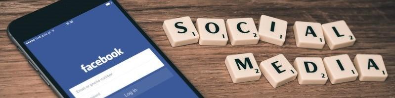 Smartphone met inlogpagina Facebook