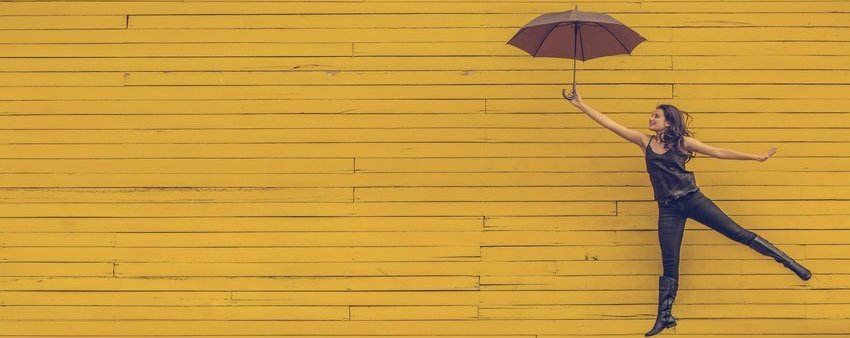 Vrolijke meid met paraplu