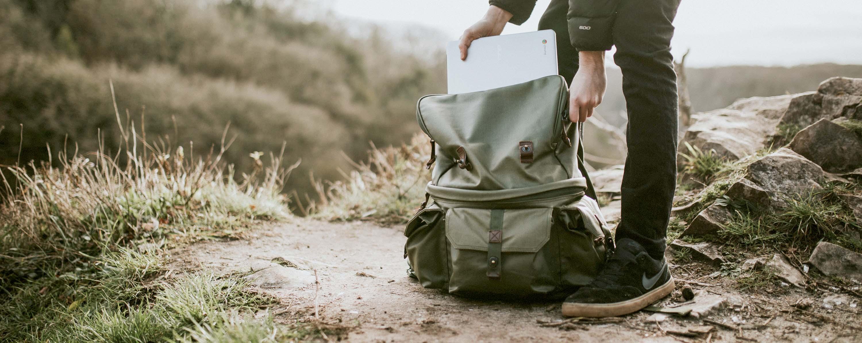 Wandelaar die een rugzak klaarmaakt voor vertrek