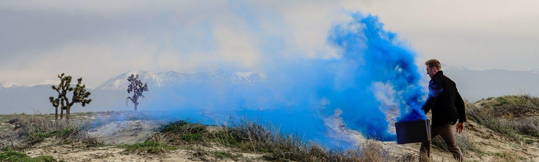 Man met aktetas vol blauwe rook