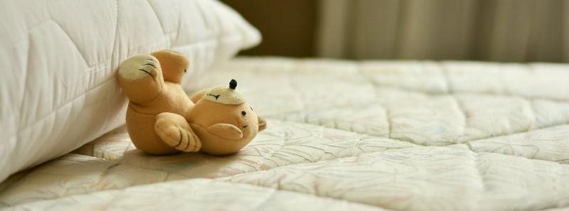 Teddybeertje op bed
