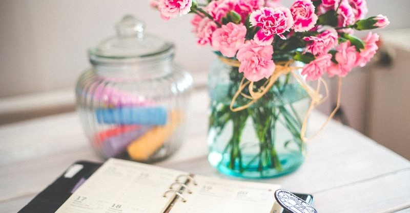 Agenda en vaas met bloemen