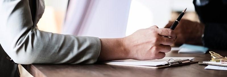 Vrouw met pen en clipboard