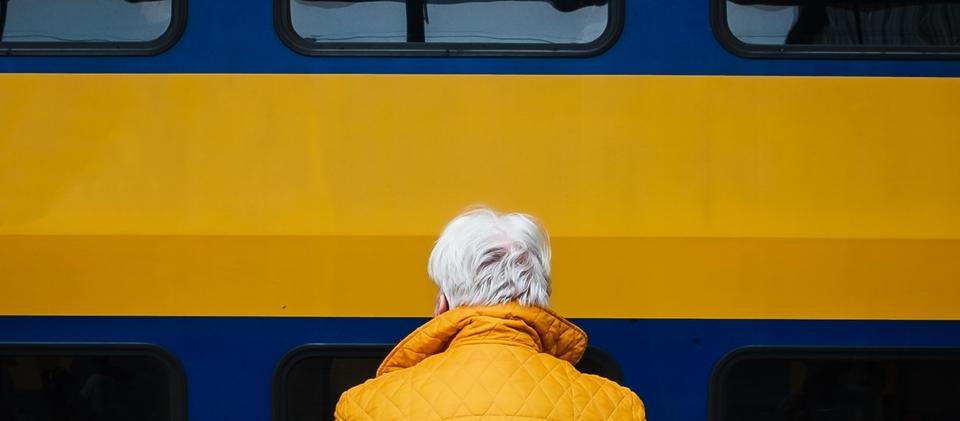 Vrouw die wacht op haar trein