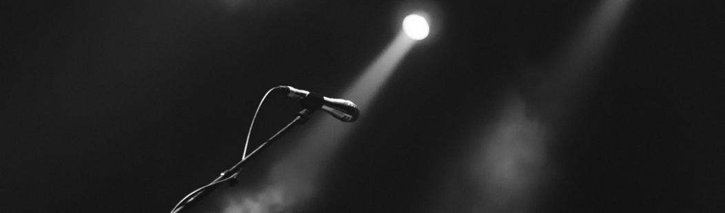 Microfoon onder spotlight