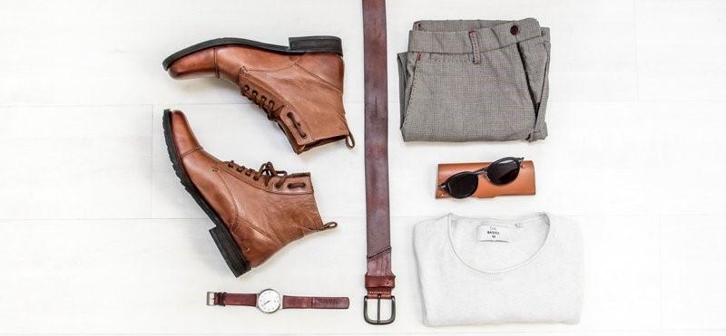 Schoenen, riem, hemd, broek, horloge en zonnebril