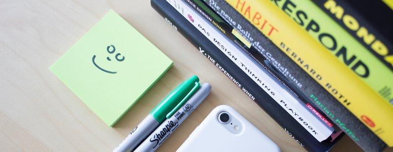 Post-It met smiley, pennen en boeken