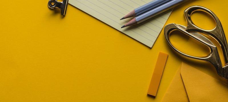 Schaar, potloden en papier