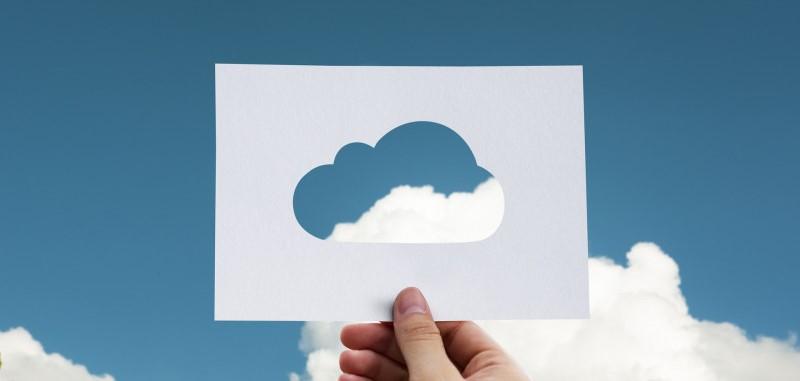 Papier met uitsnijding van wolk tegen lichtbewolkte hemel