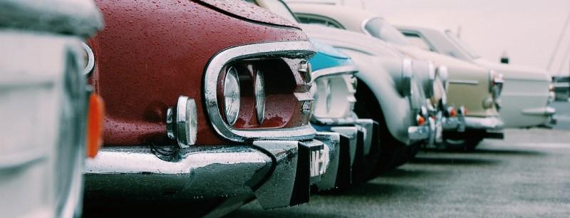 Geparkeerde auto's op een regendag