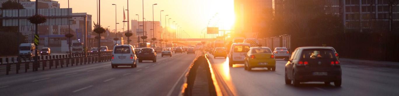Auto's op de snelweg bij zonsondergang