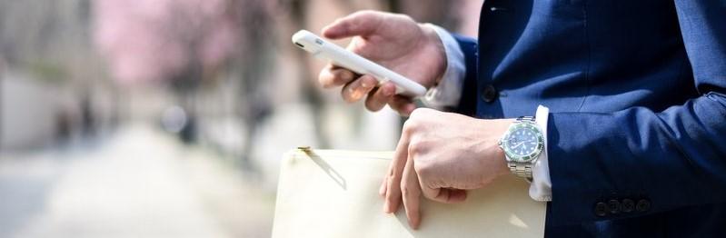 Ondernemer met dossier en smartphone