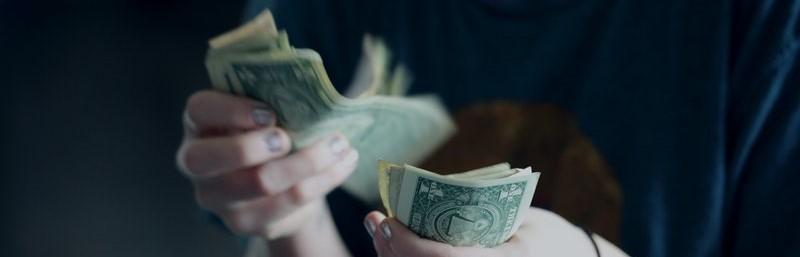 Iemand die dollarbiljetten telt