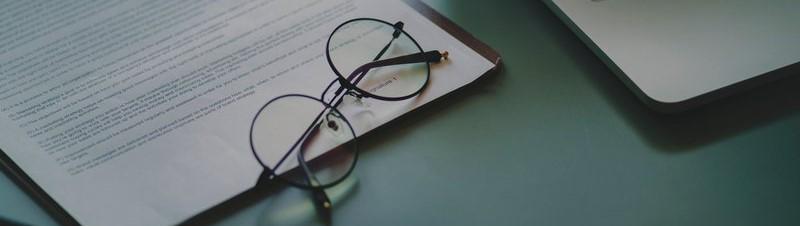 Close-up van een bril en een zakelijk document