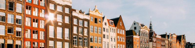 Rijhuisjes onder de Amsterdamse zon