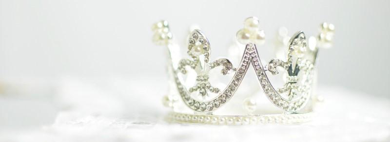 Een kroontje met parels en diamanten