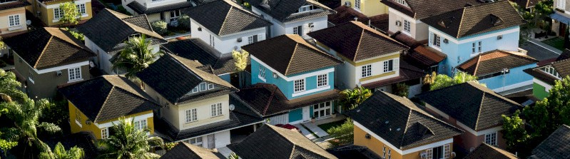 Een verzameling kleurrijke huisjes vanuit vogelperspectief