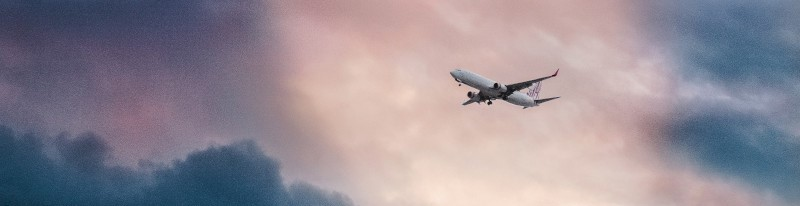 Een vliegtuig tussen de wolken
