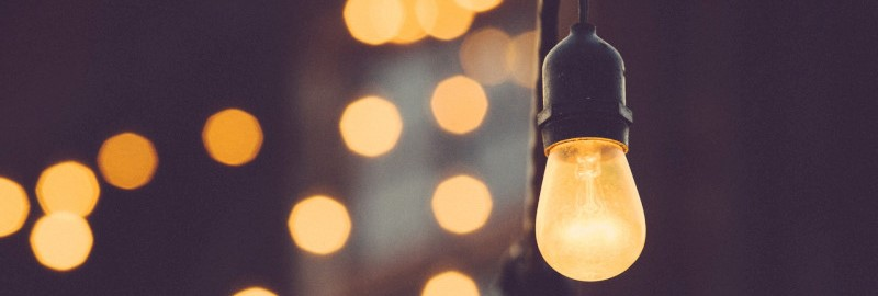 Close-up van een lamp met lichtjes in de achtergrond