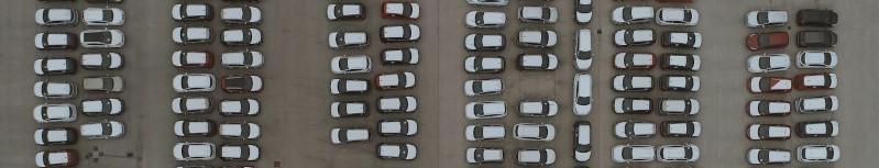 Drukke parking van bovenaf bekeken