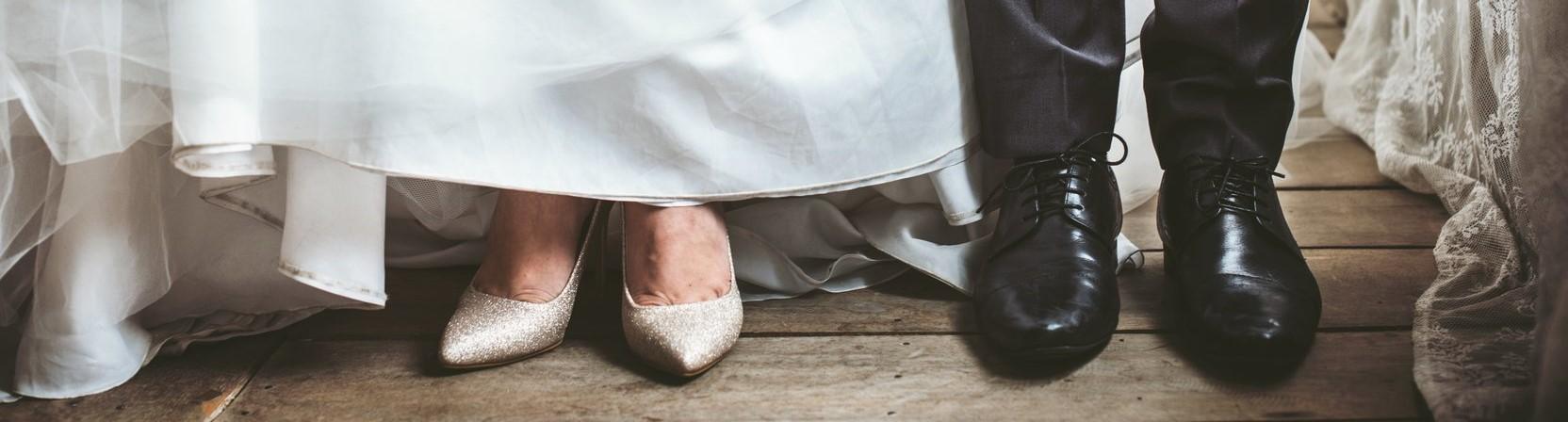 De voeten van een bruid en bruidegom