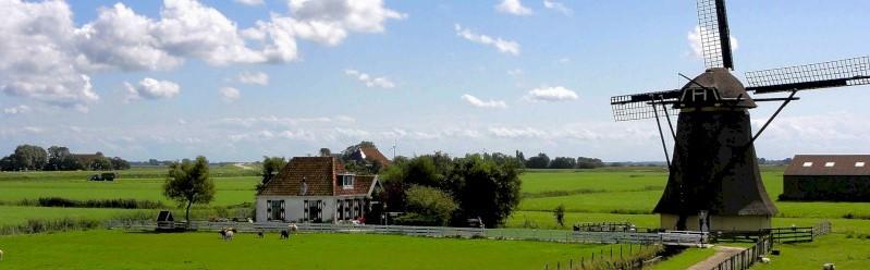 Huisje op het platteland met windmolen