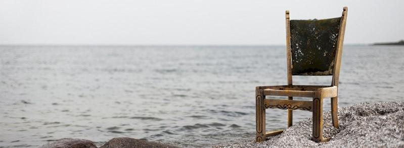 Een stoel op het strand