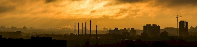 Een industriestad onder een bewolkte hemel