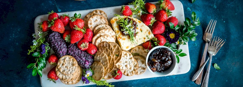 Schaal met fruit, brood en crackers