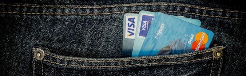 Broekzak met kredietkaarten erin