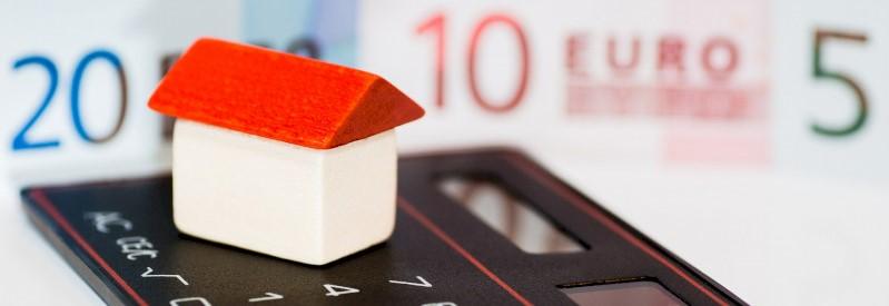 Speelgoedhuisje en een rekenmachine