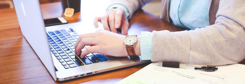 Studerende persoon met computer en documenten
