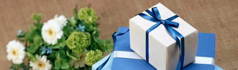 Geschenk en bloemen