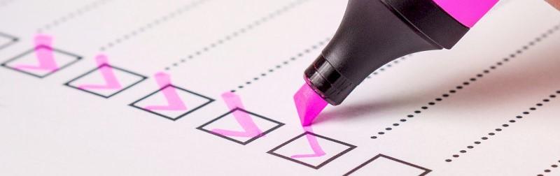 Checklist, aangevinkt met roze markeerstift