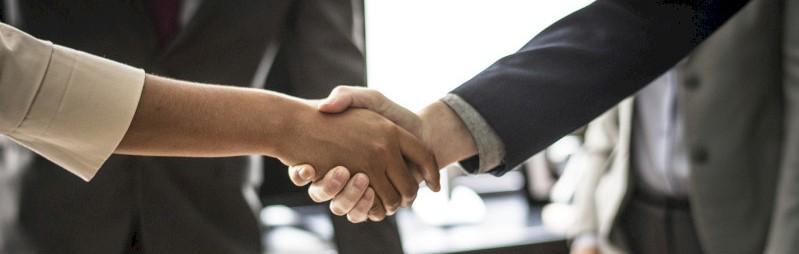 Twee mensen sluiten een onderhandeling succesvol af