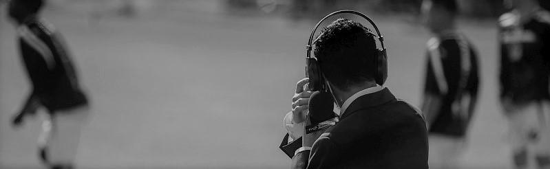 Journalist met hoofdtelefoon en microfoon