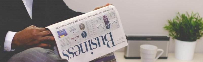 Lezer van een zakelijke krant