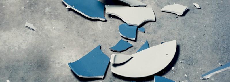 Een gebroken bord op de vloer