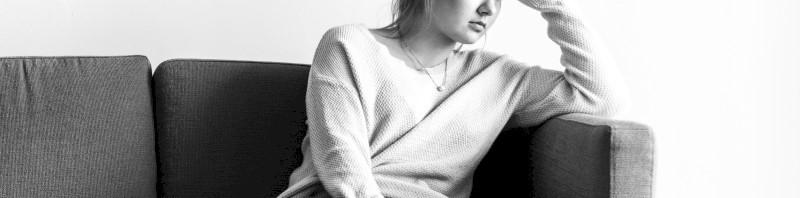 Een bezorgde vrouw op een zitbank