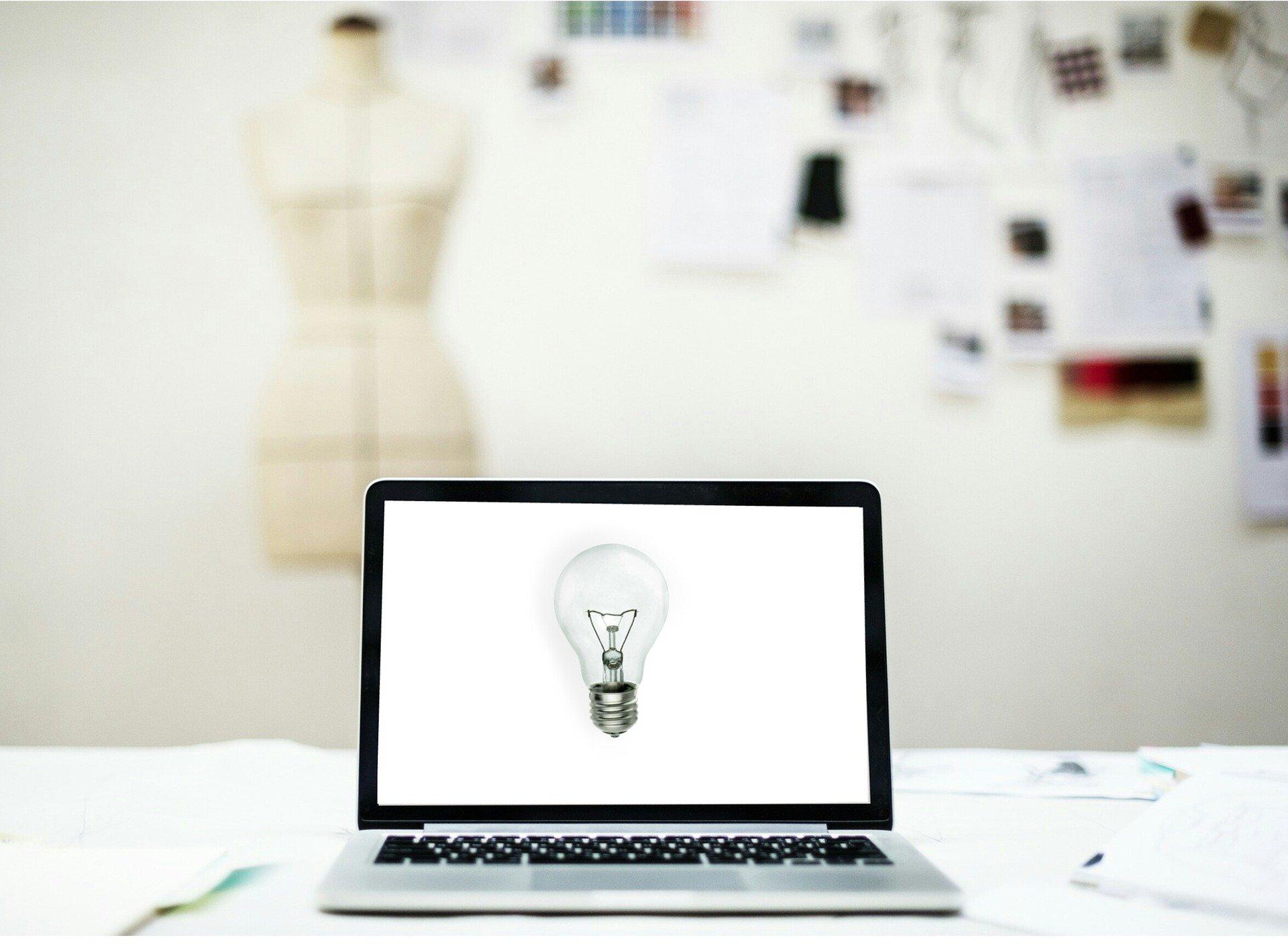Billede af en computer og en systue med et varemærke der skal have patent