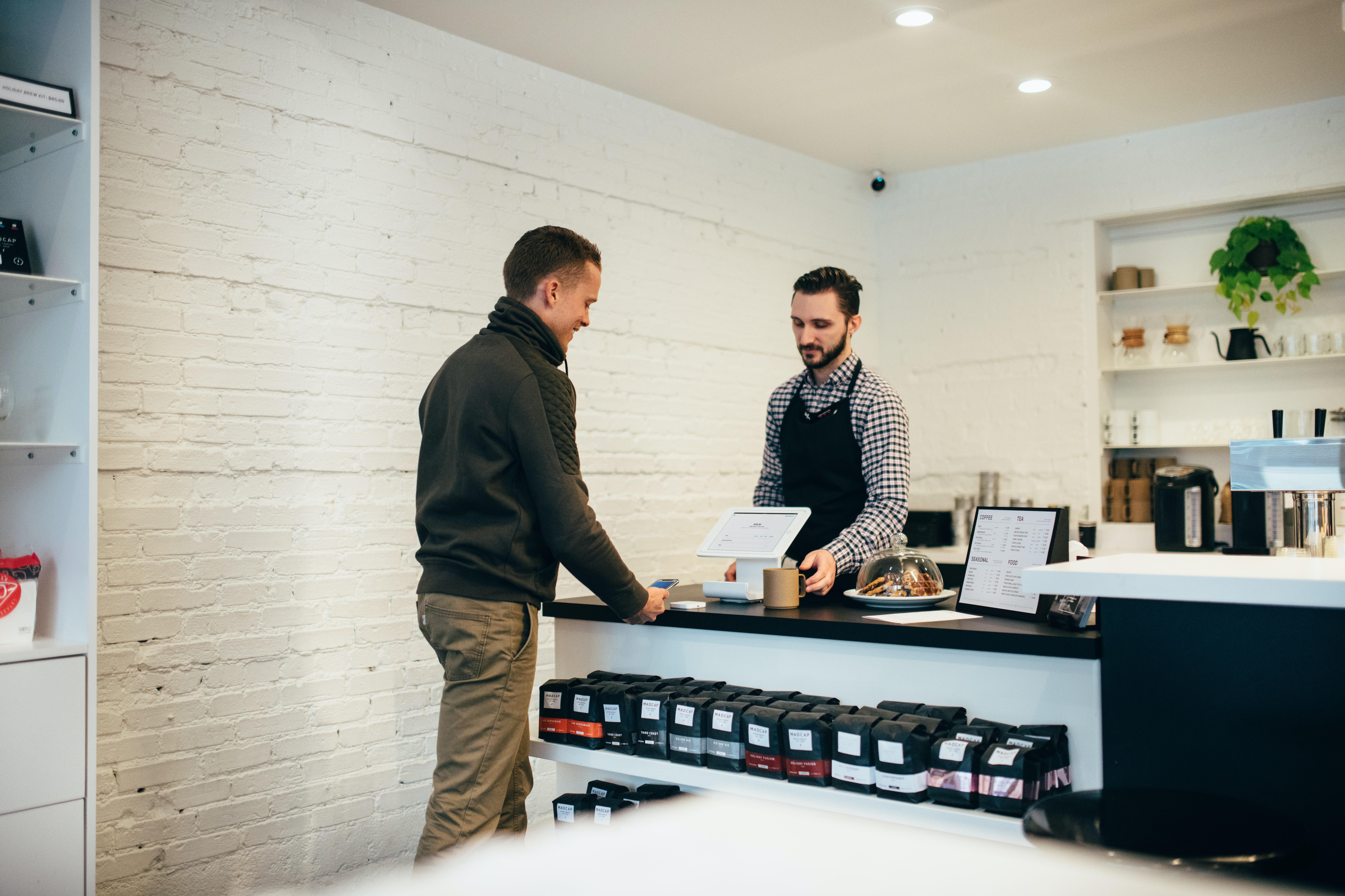 to mænd der handler i en forretning med varer, der skal handles efter eu-moms, den ene er køber og den anden er sælger.